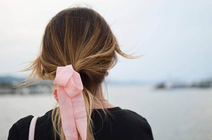 quel accessoire pour cheveux blonds, modèle de ruban rose, idée coiffure romantique pour cheveux traité à lissage japonais