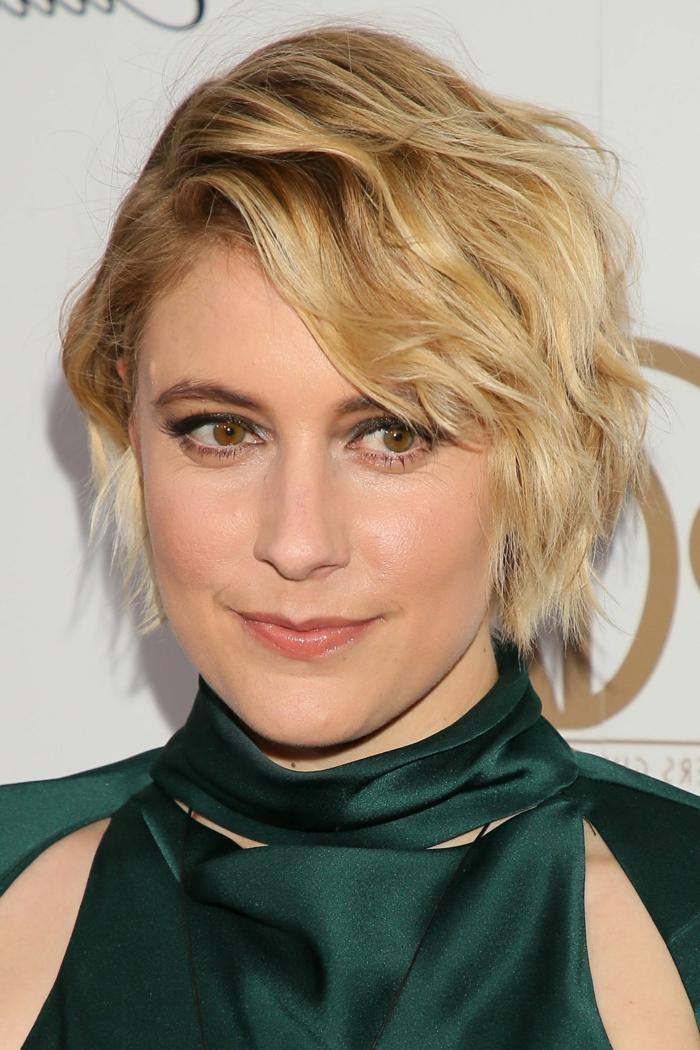 cheveux blond doré, carré messy blond miel, yeux marrons, eyeliner bleu, tenue en satin vert