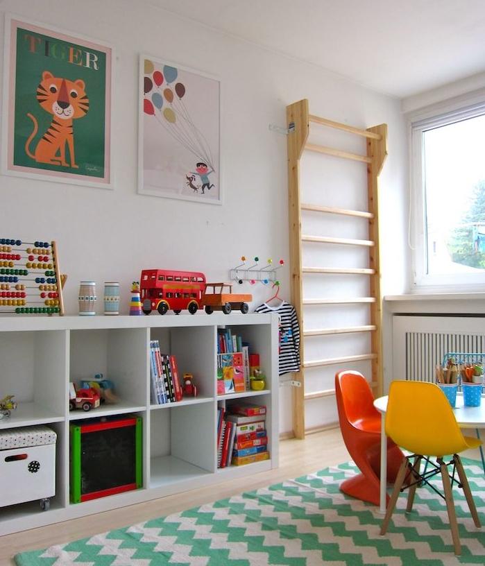 etagere kallax blanche pour la chambre enfant, pédagogie montessori à la maison, tapis chevron vert et blanc, table et chaises basses, jouets et affiches enfant sur mur