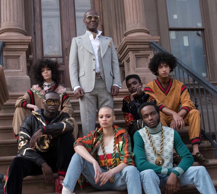 photo collection Dapper Dan Gucci sur les marches d'un immeuble de Harlem avec Dan en costume gris