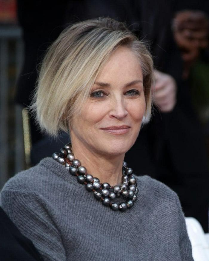 Coupe courte cheveux gris femme 50 ans