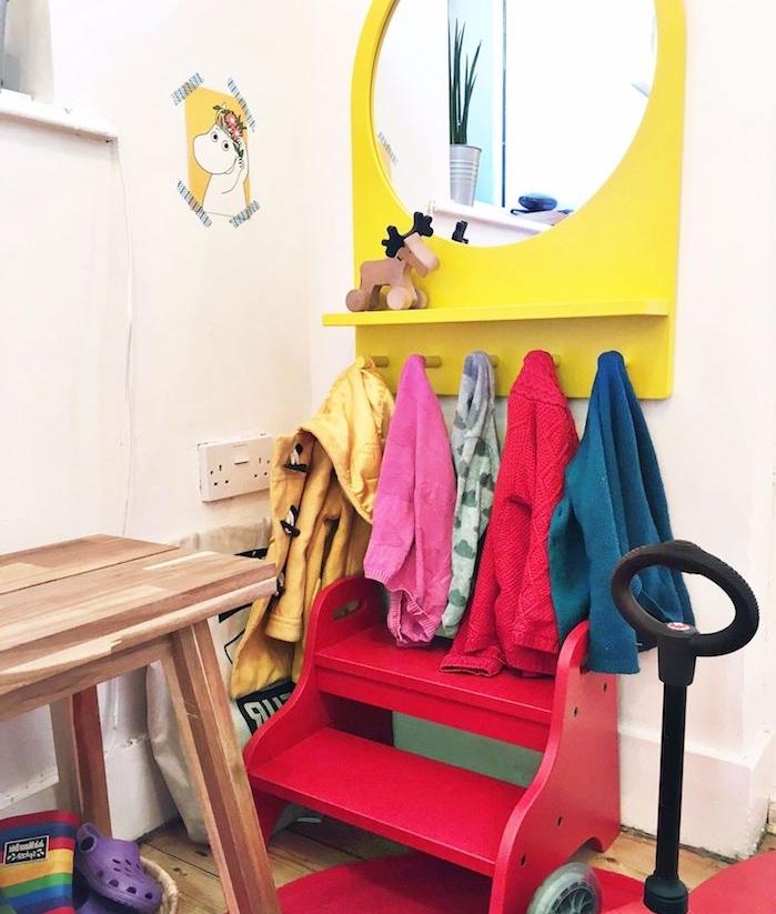 amenagement entree enfant avec petit banc enfant rouge, miroir jaune et porte-manteau bas