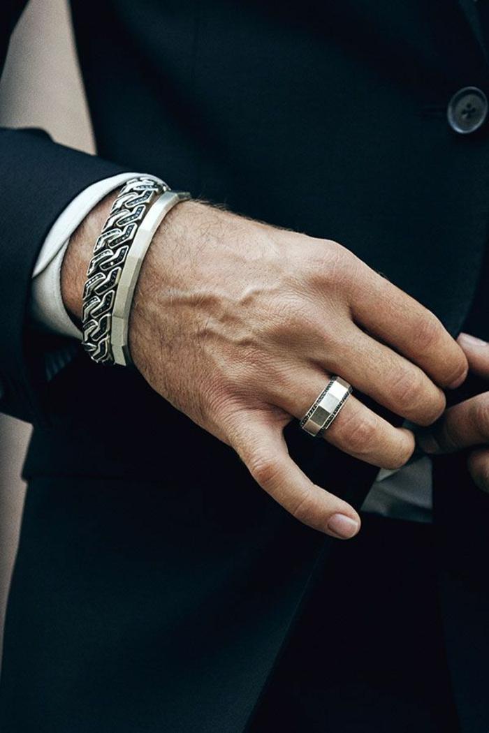 exemple bijoux homme pour look classy, modèle de bracelet massif à porter avec un blazer élégant en noir et chemise blanche