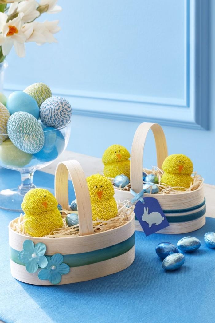 idée décoration nid pour oeufs, comment créer un panier pour oeufs en chocolat, mini figurine poules pour deco table paques
