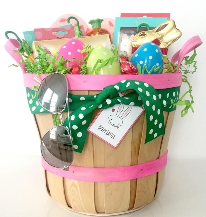 quel cadeau pour fille, idée surprise enfant pour Pâques, panier décoré avec ruban et friandises en chocolat