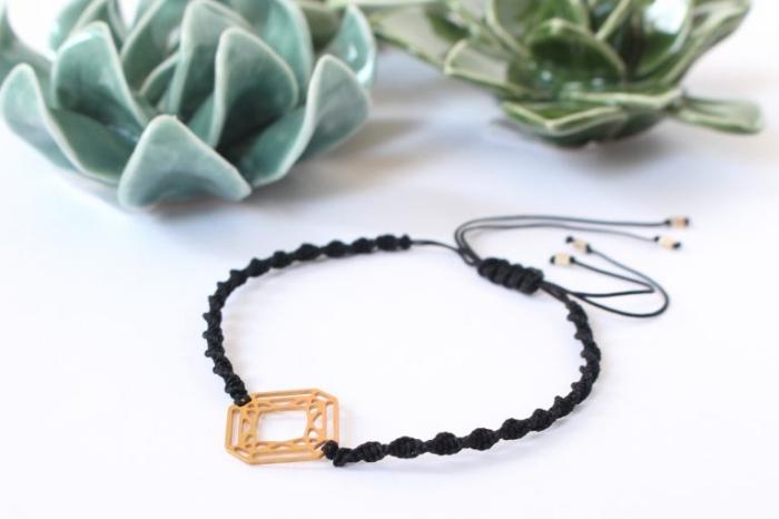 tuto macramé facile pour débutantes, diy bracelet en corde noire tressé avec ornement doré et fermeture réglable