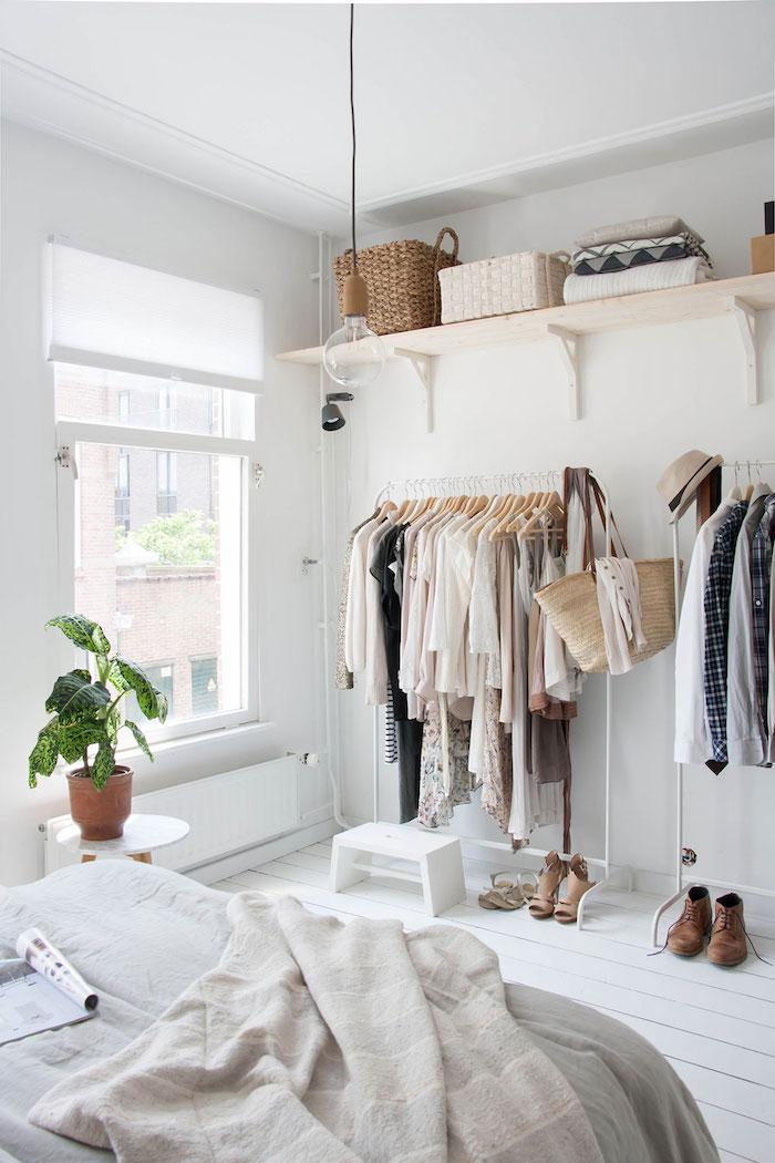 Deco chambre moderne, comment avoir une déco chambre tumblr avec de cool style, peinture murale blanche, dressing ouvert rangement vetements