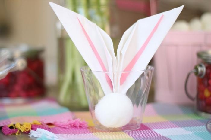 comment plier une serviette en lapin paques facile, décoration de table de fête avec des serviettes pliées en tête de lapin