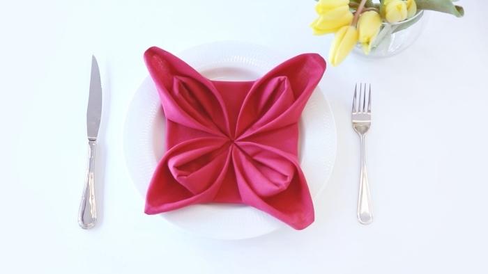 idée de pliage serviette paques en forme de jolie fleur, déco de table de pâques avec des fleurs et de jolies serviettes en tissu