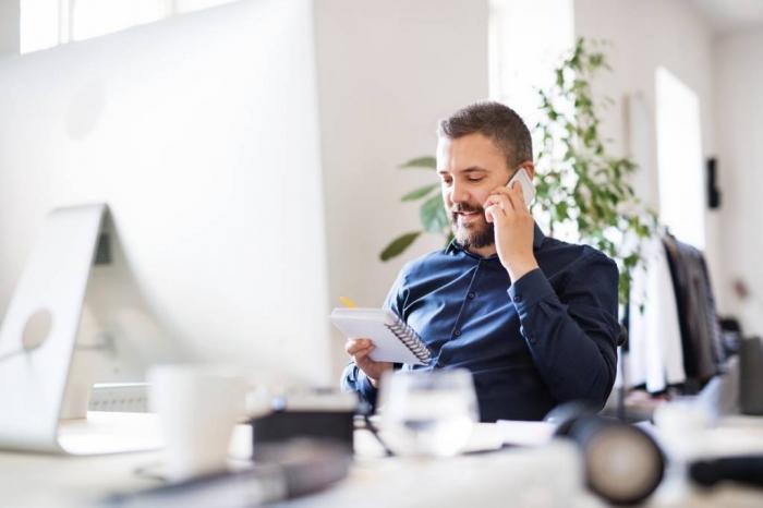 homme qui parle sur le téléphone, ambiance de travail, office minimalistique, comment isoler le bruit dans les open space