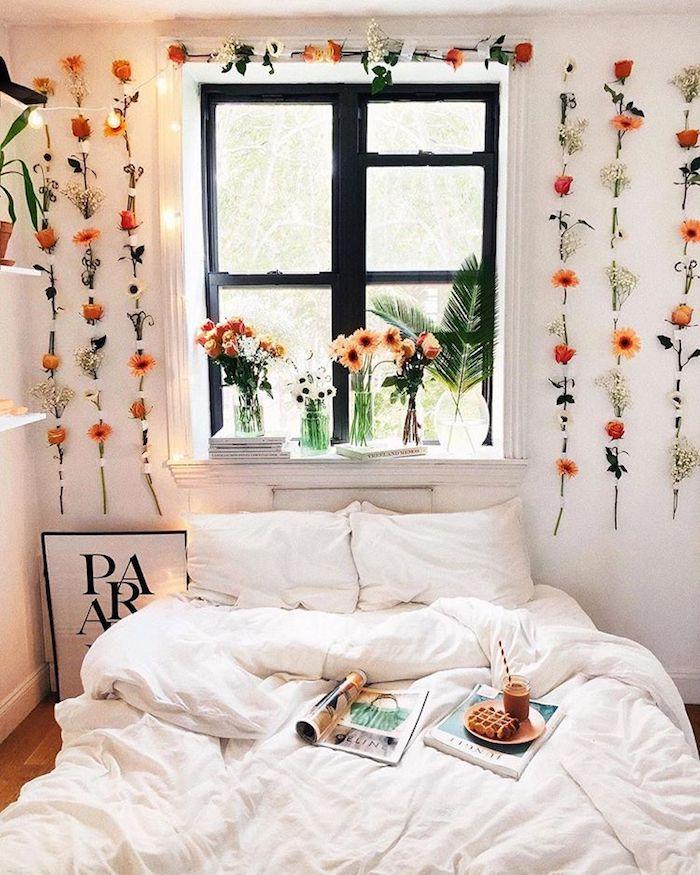 Une autre façon de décorer le mur avec fleurs, guirlande lumineuse, blanche linge et blanche peinture murale