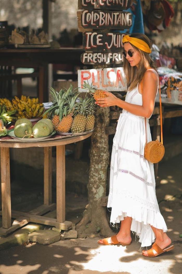 Idée robe longue blanche boheme, belle robe hippie chic pour les vacances tropiques, le style à choisir, photo de femme qui ramasse des ananas