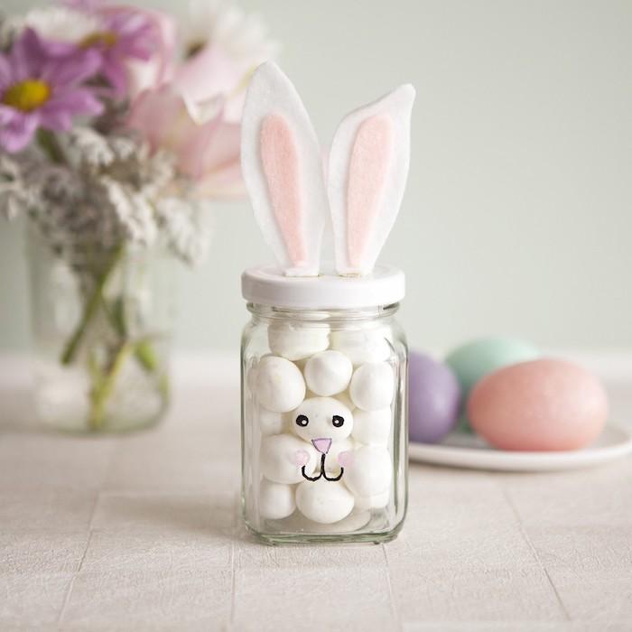 Lapin de bocal en verre avec velcro oreilles pleine de chocolat oeufs blanches, bonne fete de paques, célébrer les fêtes, enoyer des cartes joyeuses paques images jolies