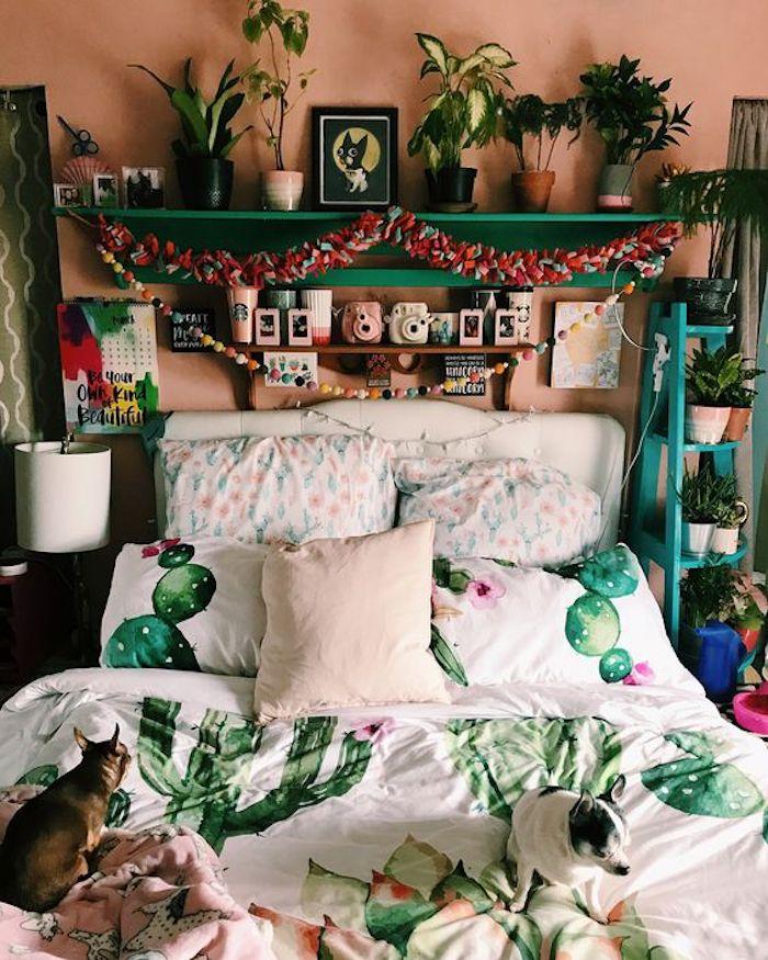 chambre adolescente coloré, décoration chambre à coucher bohème, déco chambre rose et vert, linge de lit motif cactus, deux chiens sur le lit