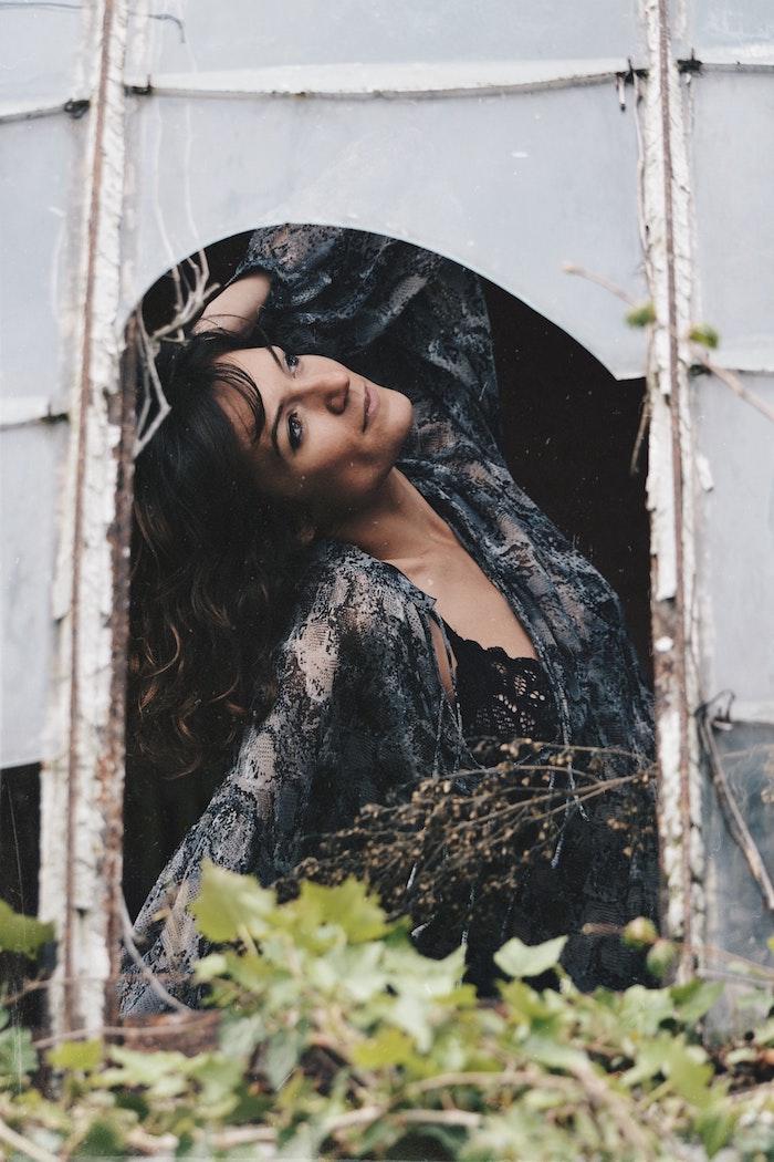 Robe dentelle femme dans tente, robe hippie chic, comment s habiller comme un hippie