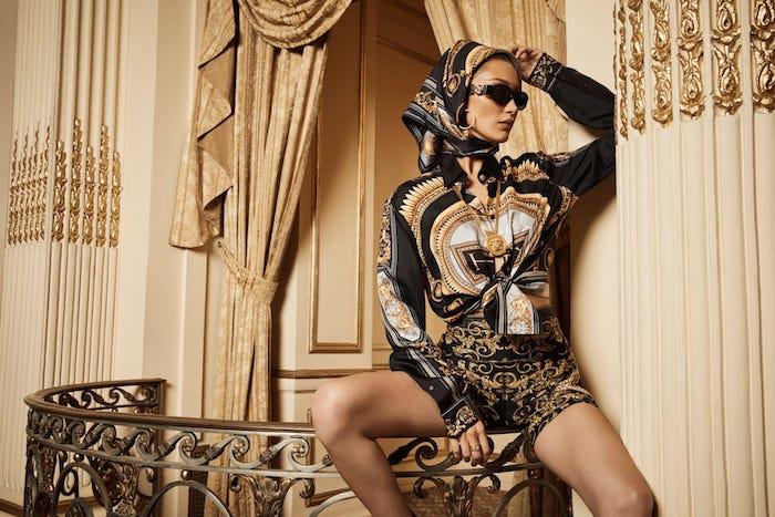 Collaboration Versace x Kith look italien au style streetwear, Bella Hadid belle photo, lunettes de soleil luxueux