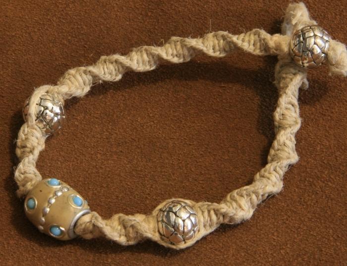 noeud plat torsadé pour fabriquer un bijou original, modèle de bracelet en corde macramé avec ornements argentés