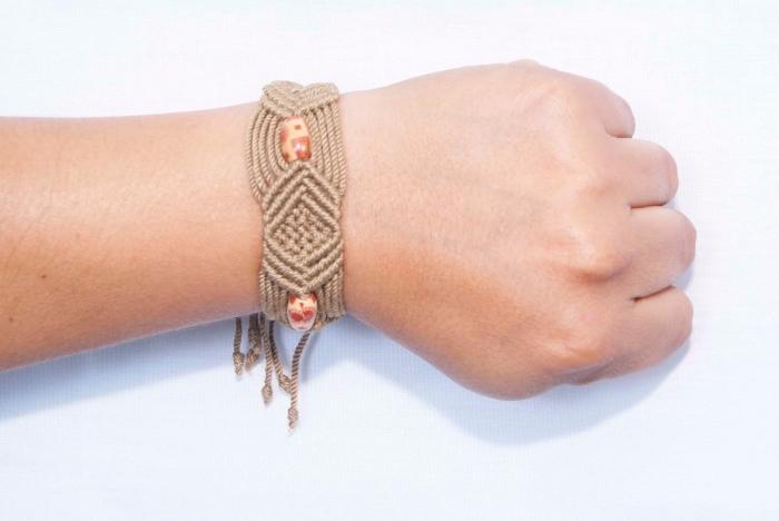 macramé technique pour faire des bijoux, exemple de bracelet en fil macramé avec perles et fermeture réglable