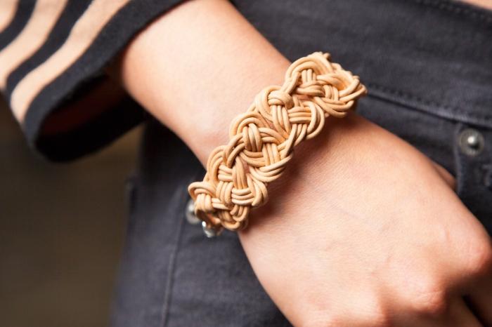 bijou design original fait main, modèle de bracelet tressé beige, idée bijou en noeuds macramé à faire soi-même en fil cuir