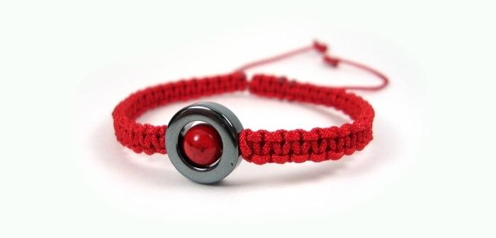 bracelet diy en fil coton rouge réalisé avec noeuds macramés, idée bracelet shamballa à faire soi-même avec ornement anneau