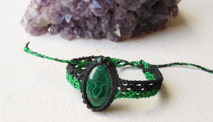 exemple comment décorer un bracelet diy avec pierre, technique de tressage corde pour faire des bracelets