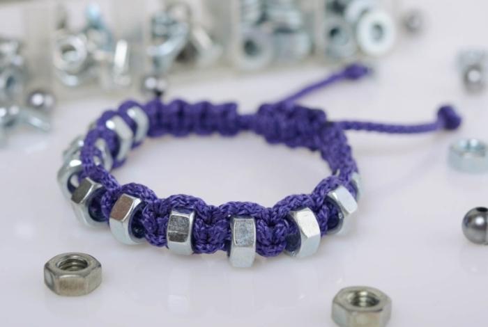 noeud macramé pour faire des bracelets, modèle de bijou fait main en corde coton violet avec ornements anneau argenté