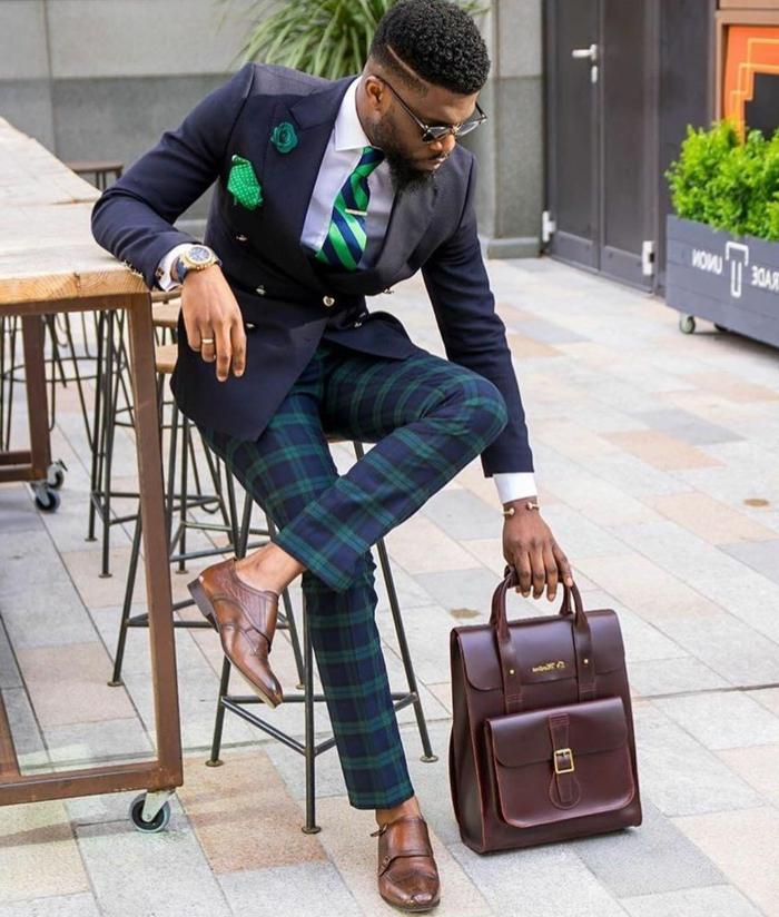 pantalon aux carreaux en bleu et vert, grand sac satchel, louchoir vert, chemise blanche, cravate rayée