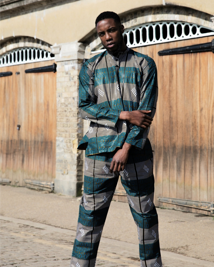tenue wax homme, costume de tous les jours en gris et turquoise, chemise et pantalon dessin africain