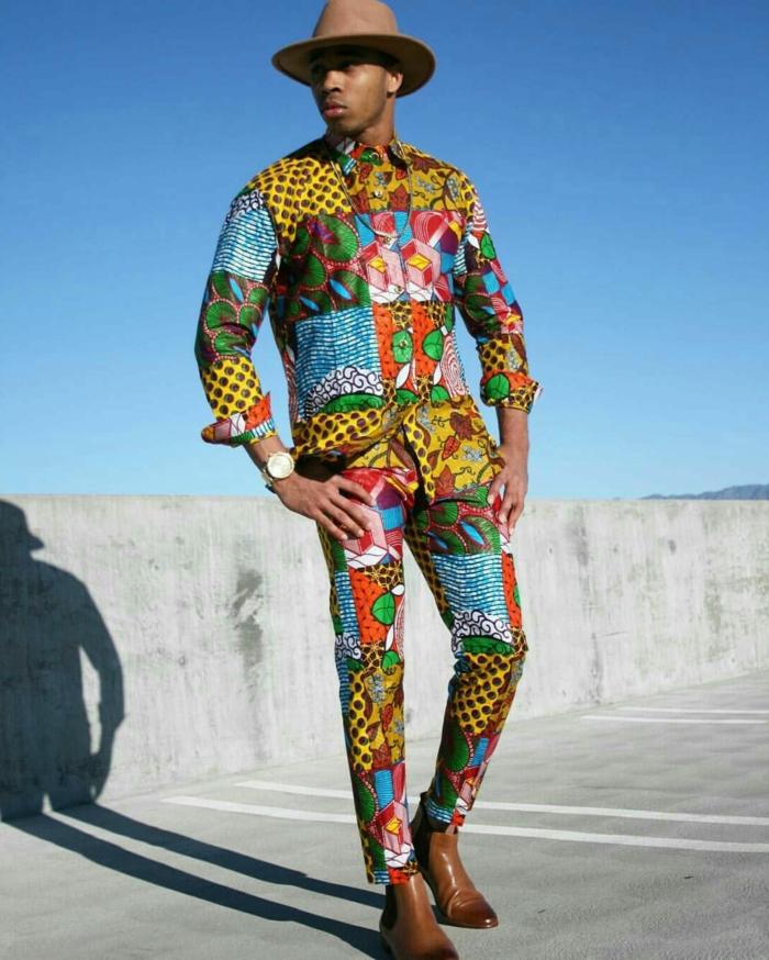 costume pour homme dessin patchwork, grand chapeau feutre, tenue africaine moderne