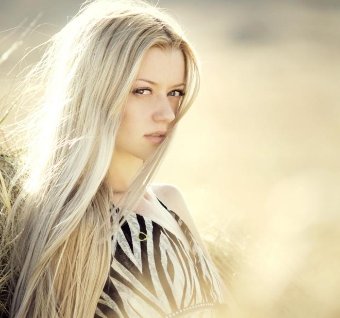 technique de lissage bresilien pour cheveux souples, exemple de cheveux longs et lisses de couleur blond blanc