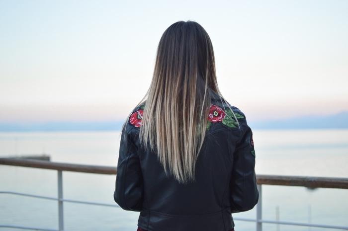 conseils de soin à la kératine pour cheveux longs, exemple de balayage naturel aux pointes blondes avec racines foncées