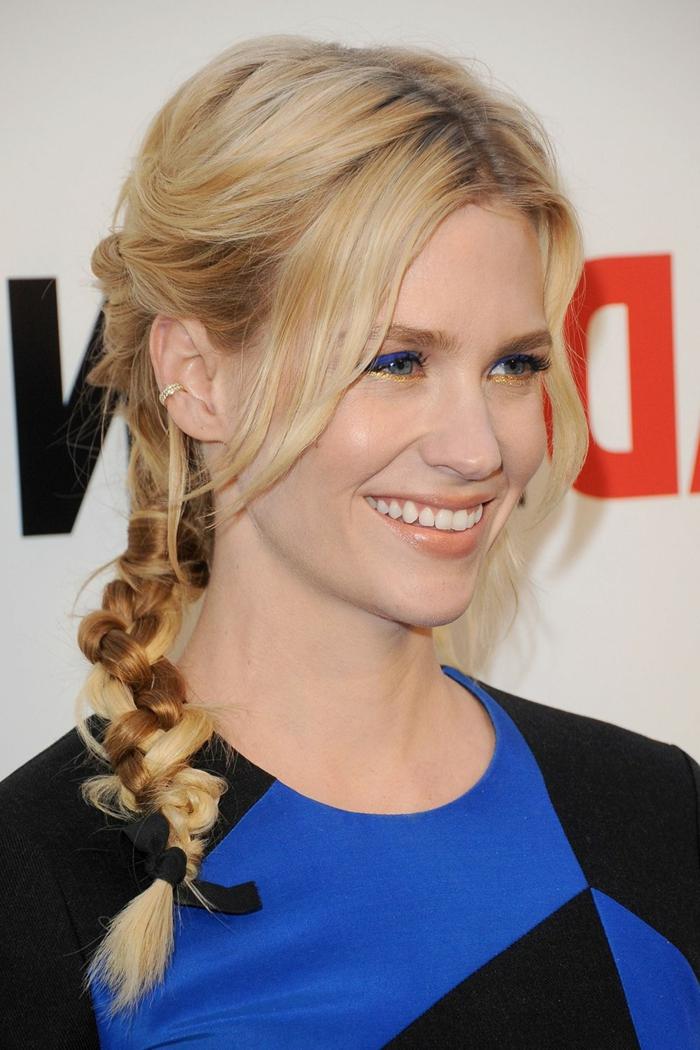 coloration blonde sur cheveux châtains, coiffure en tresse, eyeliner bleu, rouge à lèvres orange mat