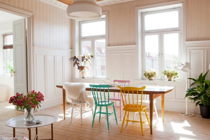 une moulure murale blanche posée en bas du mur associé à du papier peint vintage couleur crème, idée de revêtement mural salon de style vintage scandinave