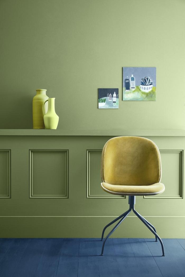 une moulure murale discrète posé en bas du mur et peint dans la même couleur vert olive que la partie haute pour un joli effet de contraste avec le parquet peint bleu