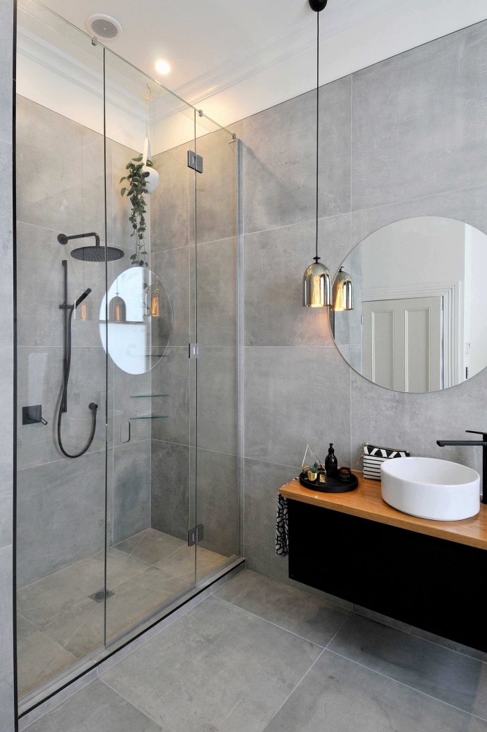 modèle miroir rond dans une salle de bain grise et blanche, idée décoration salle de bain de style industriel avec murs béton