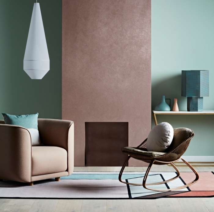idée revêtement mural tendance moderne pour un salon en couleurs pastel et terreuses, peinture murale effet sablé