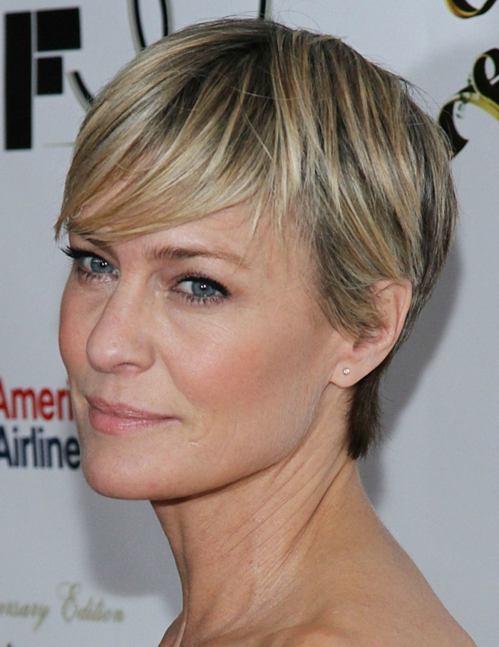 coupe tres courte femme, coupe courte cheveux fins, ligneur noir, couleur cheveux blond cendré