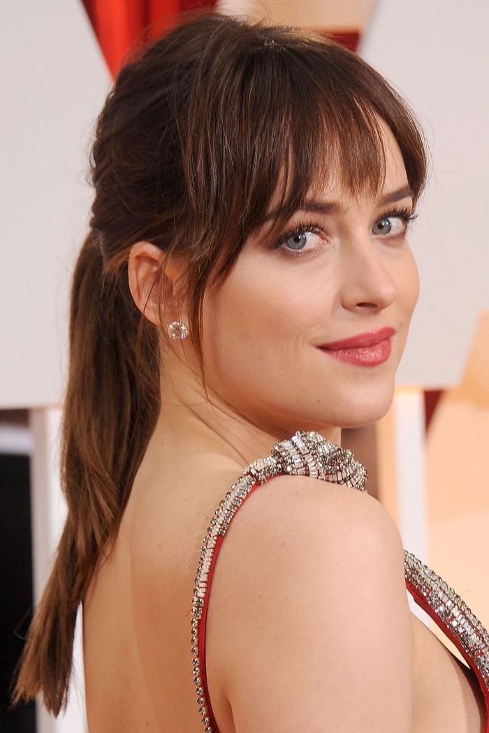 exemple coiffure pour cheveux longs et épais en couche, idée coiffure célébrité de Dakota Johnson, maquillage pour yeux verts