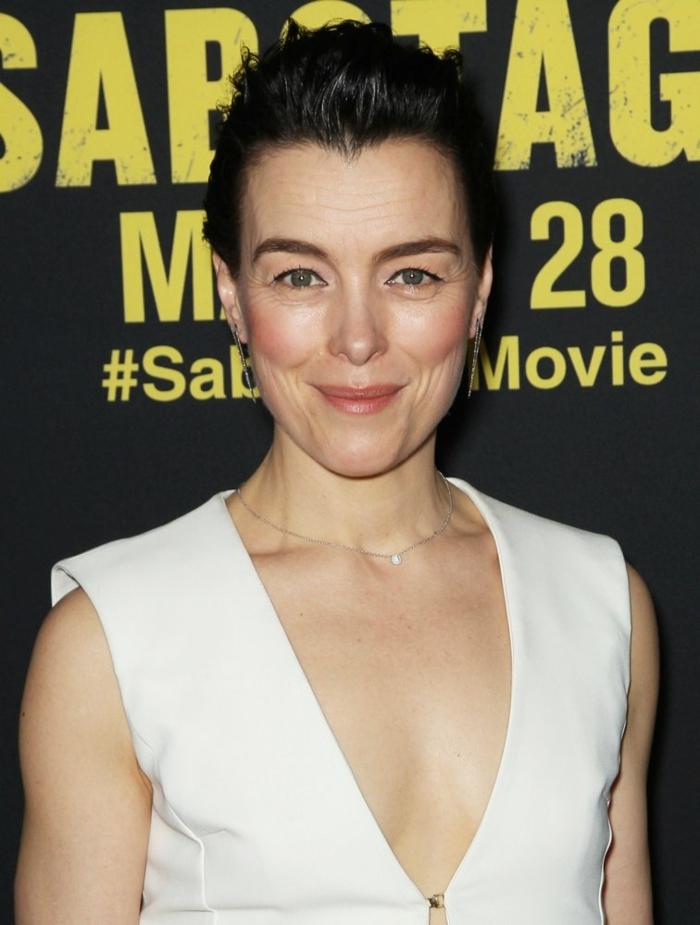 femme avec coupe tres courte, robe blanche, collier subtil, cheveux noirs avec la frange en arrière
