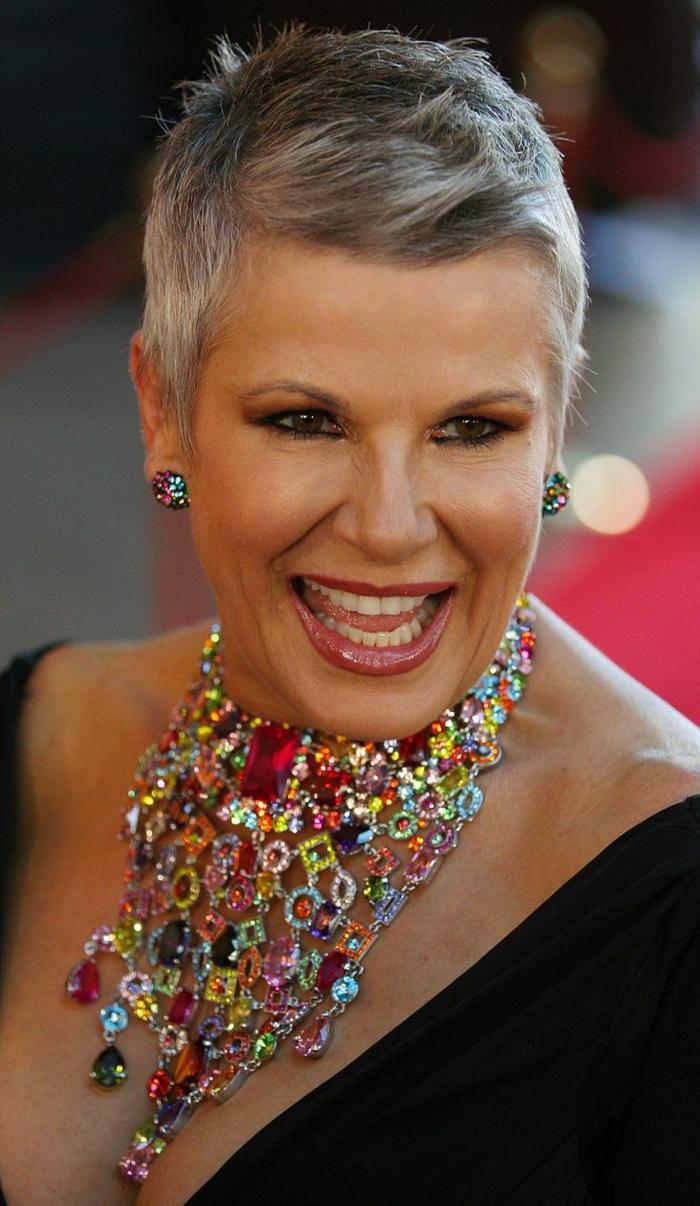 pixie, coupe de cheveux pour femme de 50 ans, coupe courte cheveux fins, grand collier plastron