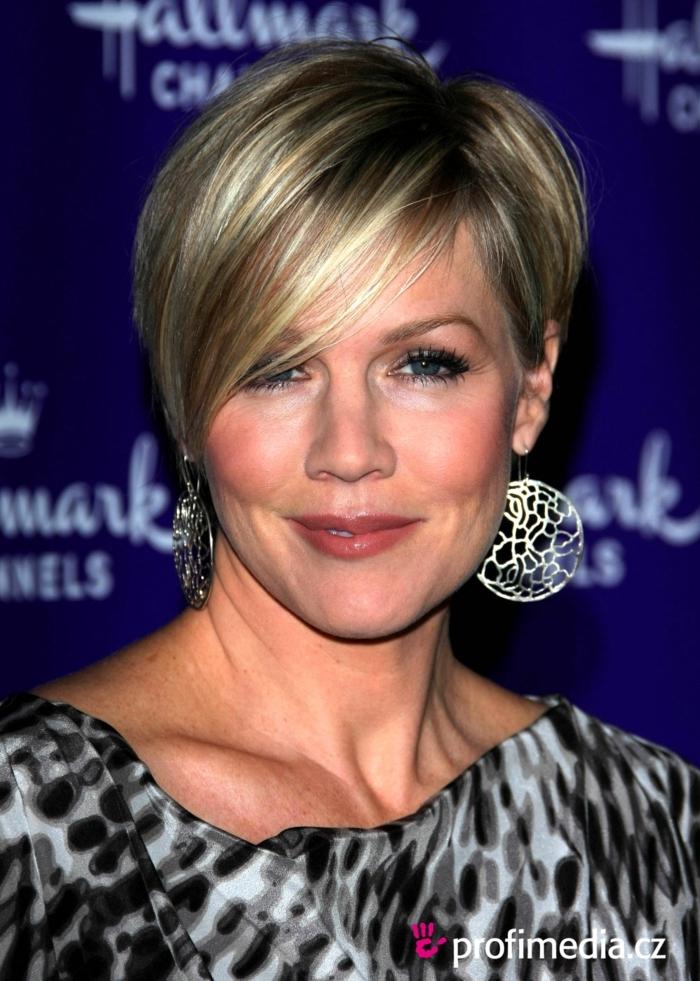 coupe courte femme 50 ans, pixie avec frange de biais sur cheveux fins couleur blond cendré, grandes boucles d'oreilles