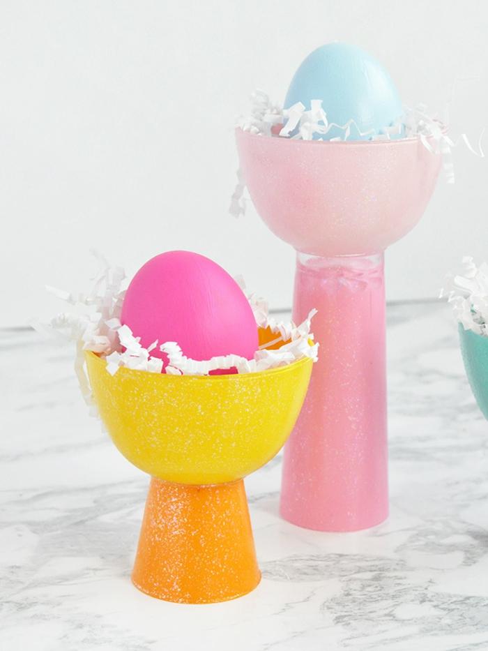 decoration de paques à faire soi-même, jolis bols roses et jaunes, oeufs en couleurs pastels, decoration oeuf de paques
