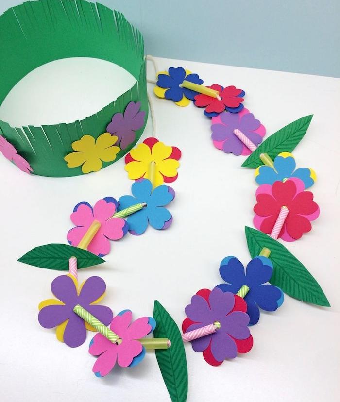couronne de papier florale en bandeau de papier imitation herbe et deco de fleurs de papier, collier en paille et fleurs de papier
