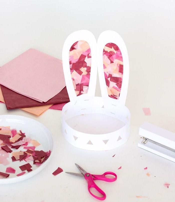 couronne de paques pour enfant à motif lapin en papier avec des oreilles décorées à confettis de papier