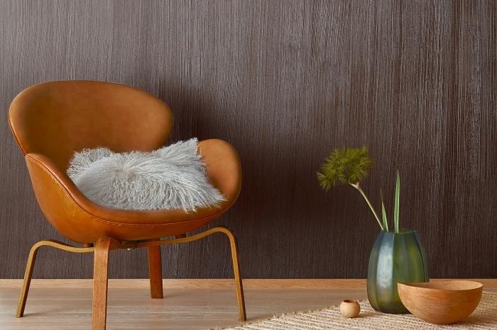 décoration salon exotique au parquet bois clair et mur à effet, exemple peinture imitation bois foncé, modèle chaise fauteuil cuir avec pieds bois