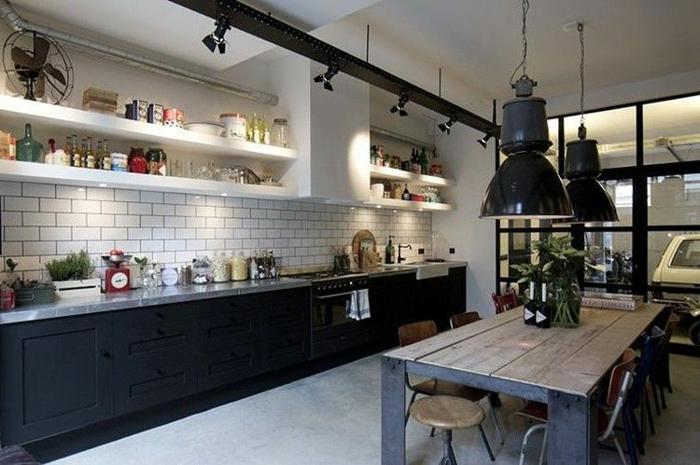 cuisine industrielle, lampes usine noires, carrelage blanc, fenêtre industrielle, sol en béton ciré