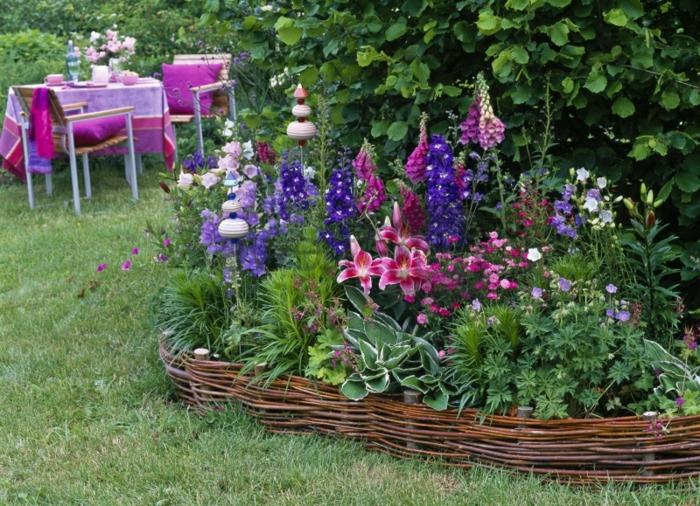 créer un massif de fleurs vivaces, herbe verte, parterre devant maison original
