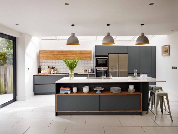 comment aménager une cuisine moderne, modèle de crédence cuisine en carreaux effet briques blanches et bois