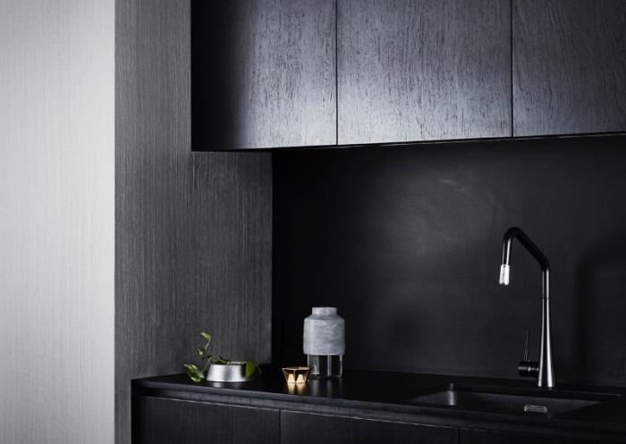 exemple de cuisine gris et noir moderne, modèle comptoir noir, idée revêtement mural à effet texture bois gris