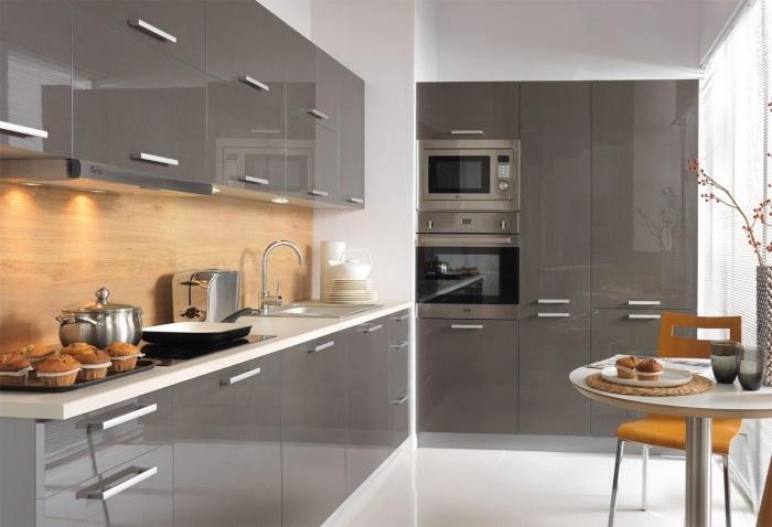 déco de petite cuisine en l, exemple de cuisine grise et blanche avec crédence en bois, modèle plan de travail blanc